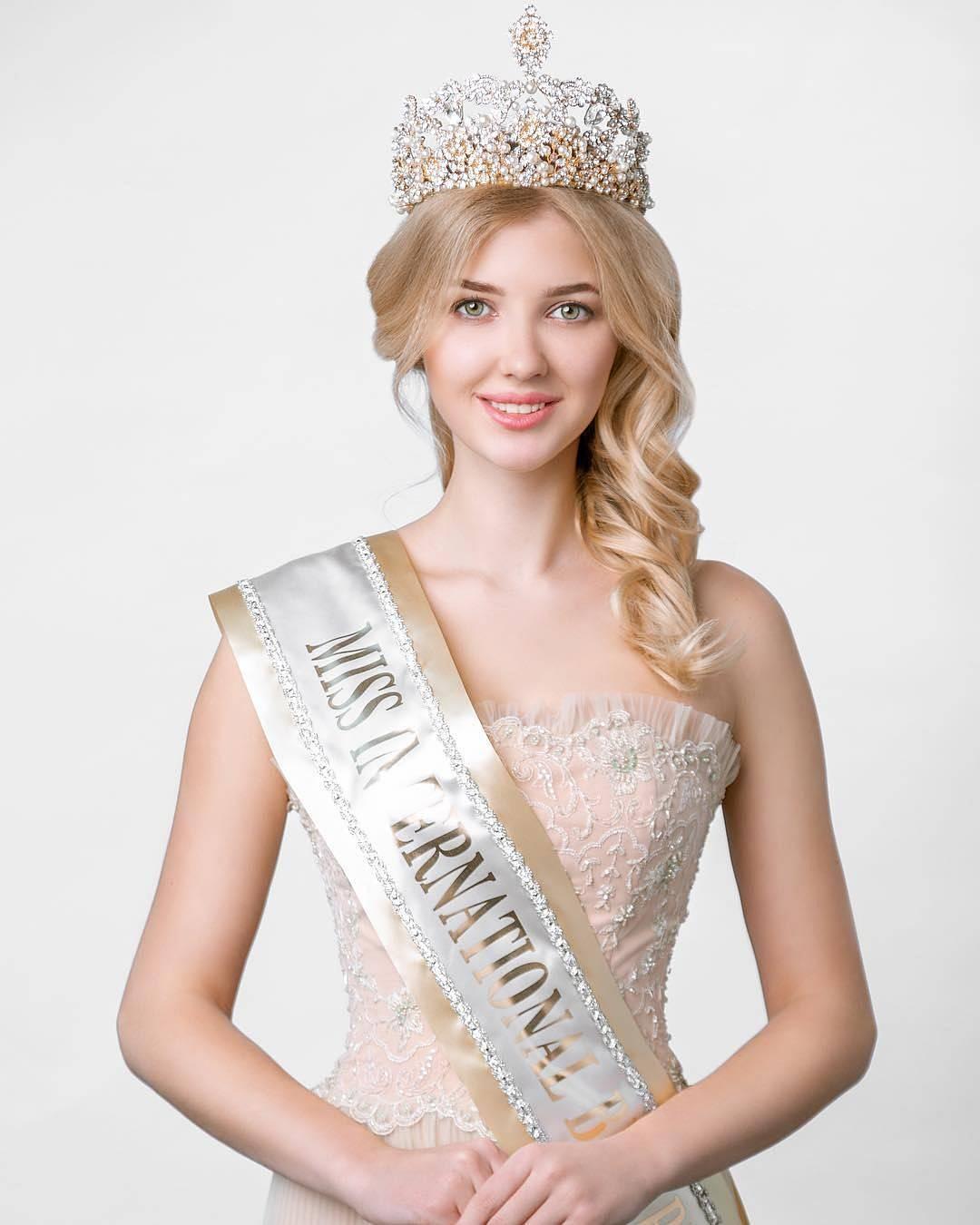 Мария Первий вошла в топ-15 на конкурсе Miss International в Токио.